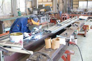鉄工工場内溶接作業中の写真